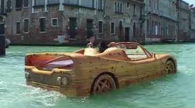 """Esta Ferrari é o único """"carro"""" de Veneza? Será?"""