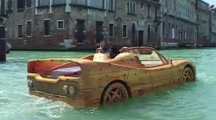 Esta Ferrari é o único carro de Veneza Será