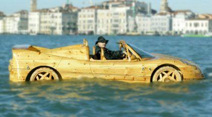 """Esta Ferrari é o único """"carro"""" de Veneza. Será?"""