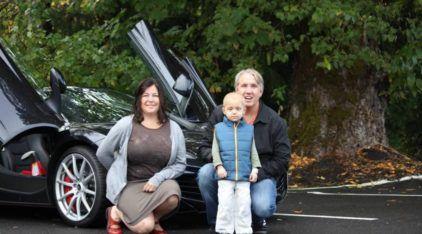 Para Recuperar a Fé na Humanidade: Casal Americano alegra a Vida de Crianças doentes usando seus Super Carros! Emocionante!
