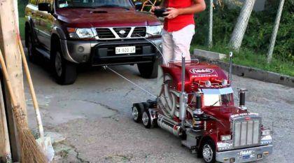 Será que este Caminhão de Rádio Controle consegue puxar uma Nissan 4×4? Você vai se surpreender!