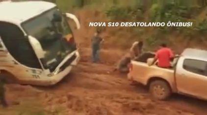 Incrível, uma Nova S10 4x4 puxando um Ônibus num Atoleiro! E que vergonha das Estradas Brasileiras!