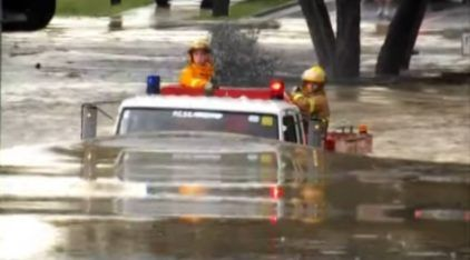 Um Caminhão de Bombeiro enfrentando um Terrível Alagamento! Será que ele consegue Superar a Enchente?