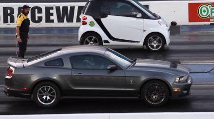 Você Apostaria em um Smart contra um Mustang? (Lembre-se: Tamanho Não é Documento)