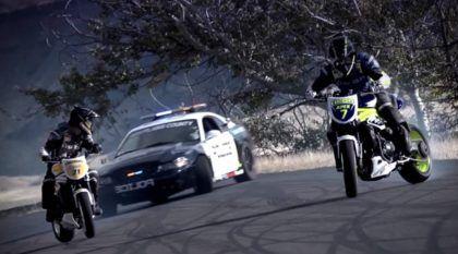 Mustang Cobra de 500cv (da Polícia) Persegue Duas Motos. Resultado? Manobras Incríveis!