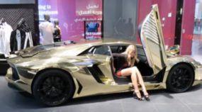 Máquinas Douradas: Uma SuperModelo Loira apresenta um Lamborghini Aventador Banhado a Ouro em Dubai!