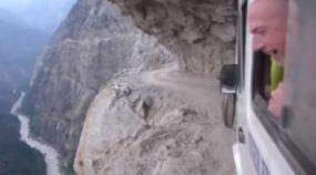 A Apavorante Loucura de Andar de Ônibus no Nepal: Estradas Perigosíssimas e cheias de Penhascos