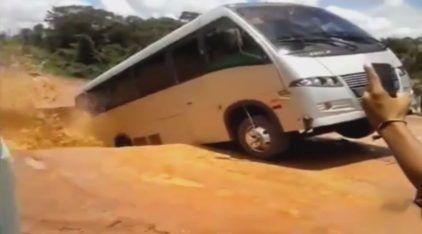 """Assustador e Revoltante! Ônibus é """"Engolido"""" por Cratera na TransAmazônica!"""