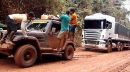 Você não vai Acreditar: um Troller puxando Dois Caminhões Atolados na TransAmazônica! Só vendo mesmo!