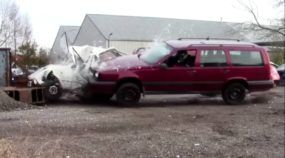 É um Carro ou um Tanque de Guerra? Veja esta Perua Volvo Indestrutível Massacrando outros Carros!