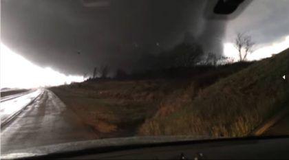 Homem filma um Enorme Tornado de dentro de seu Carro e leva um susto!