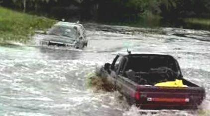 """O Dia em que uma Ford F-1000 tirou uma """"onda"""" (de verdade) com uma Toyota Hilux!"""