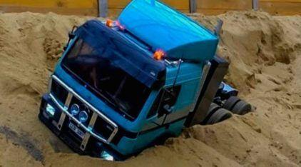 """Vídeo Incrível! Caminhões RC, de vários tipos, trabalhando pesado nas """"obras"""" (este Mercedes sofreu na Areia)!"""