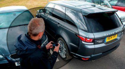 Imagine descer do seu carro e dirigi-lo pelo smartphone! É isso que o novo Range Rover oferece (e muito mais)!