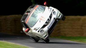 É simplesmente inacreditável assistir uma volta completa (em apenas duas rodas) do Nissan Juke em Goodwood! Com direito a recorde!