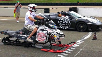 Loucura: o dia em que um snowmobile (moto de neve) desafiou uma Ferrari na arrancada