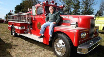 Este homem tem a mais incrível (e milionária) coleção de Caminhões de Bombeiro! Imperdível!