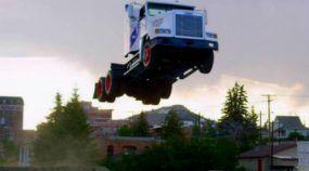 Brutal! Caminhão salta (espetacularmente) 50 metros e quebra recorde mundial!