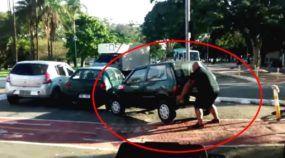 Justiça com as próprias mãos: este Homem (incrivelmente forte) levantou um Fiat Uno para retirá-lo da ciclovia! Vídeo impressionante!