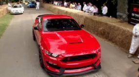 Piloto-Mito que participava do Top Gear dirige (brutalmente) o novo Mustang GT350R na pista! E ele achou o carro insano!