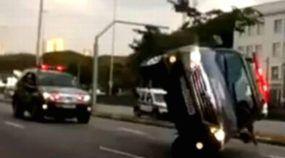 O impressionante capotamento de uma Toyota Hilux SW4 da polícia de São Paulo!