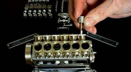 Fenomenal! Este é o menor motor V12 do mundo! Ele funciona incrivelmente e seu construtor é um artista!