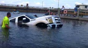 Ops... Casal em crise! Esposa afunda a Caminhonete Ford (novinha) do marido no lago!