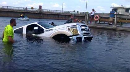Ops… Casal em crise! Esposa afunda a Caminhonete Ford (novinha) do marido no lago!