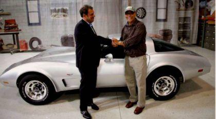 A Corvette deste homem foi roubada há 33 anos! Mas foi encontrada e a GM restaurou de presente para ele!