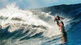 Impressionante ao extremo: Robbie Madison surfa com uma Moto no Tahiti! Vídeo INSANO!