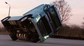 Habilidade extrema: Caminhão Volvo andando em duas rodas (o final é incrível)