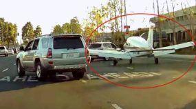 Insanidade extrema! Veja o que acontece quando um avião pousa numa avenida cheia de carros!