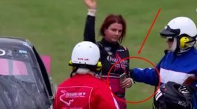Absurdo! Essa mulher é piloto na Nascar, mas (depois de bater) foi flagrada com um Celular no seu carro de corrida!