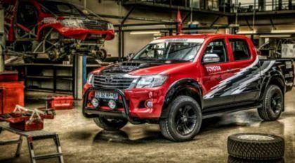 A melhor Hilux do mundo? A Toyota preparou uma insana versão V8 com 455 cv (vídeo mostra ela em ação)!