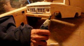 Esse cara genial usou madeira velha para criar uma Miniatura TOP de Caminhonete Ford 1977 (com rádio-controle)!