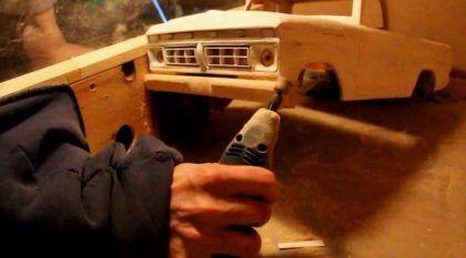 Esse cara genial usou madeira velha para criar Miniatura TOP de Caminhonete Ford (com RC)