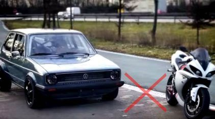 Golfzilla! Golf fabricado nos Anos 70 desafia (e humilha) uma Yamaha R1 na Autobahn