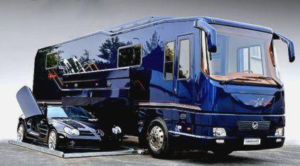 Este Ônibus motor-home é o mais luxuoso do mundo (e ainda vira uma garagem para Supercarros)!
