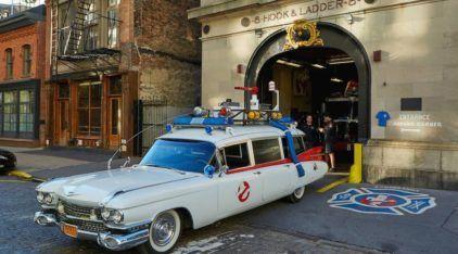 """Esse cara criou uma réplica perfeita do (legendário) carro dos """"Caça-Fantasmas""""! Vídeo mostra detalhes!"""