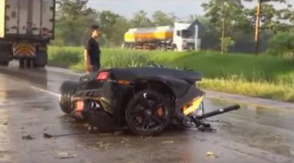 Lamborghini Gallardo bate forte e se divide em dois pedaços! Mas o Motorista sai ileso caminhando!