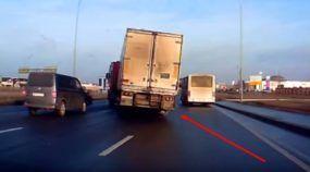 Caminhoneiro Ninja faz a manobra (mais milagrosa) do ano para evitar acidente!