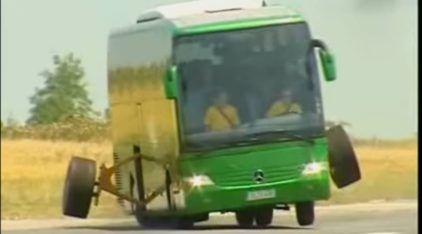 O que fazem essas rodas no meio do ônibus? Descubra a função delas neste teste (insano) da Mercedes-Benz!