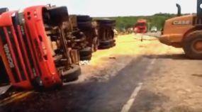 Esse é o jeito (mais errado do mundo) de destombar uma carreta Scania!