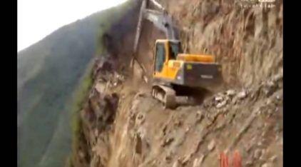 Perigo extremo! Veja operador maluco trabalhando com Escavadeira na beira do Precipício!