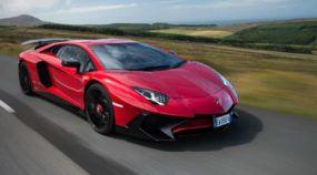 Pegue uma carona e sinta o ronco do Lamborghini Aventador (mais potente) atacando na Ilha sagrada do automobilismo