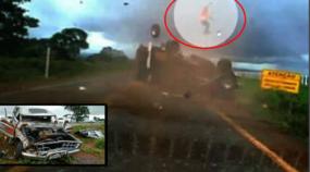 Passageiro é arremessado, brutalmente, de caminhonete F-1000 durante capotamento (e sobrevive por milagre)!