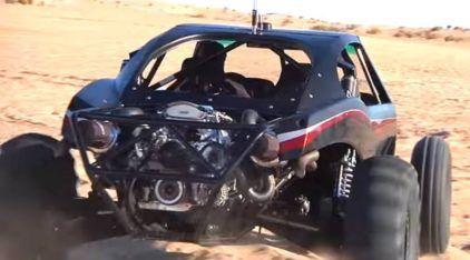 Malucos aceleram (empinam) um Buggy de 1600 cavalos (e apenas 600kg) na areia