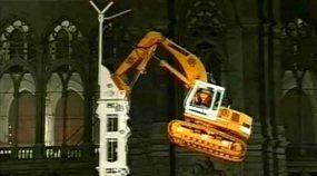 Vídeo lendário! Veja como esse corajoso Operador escalou uma torre com um Escavadeira da Liebherr!