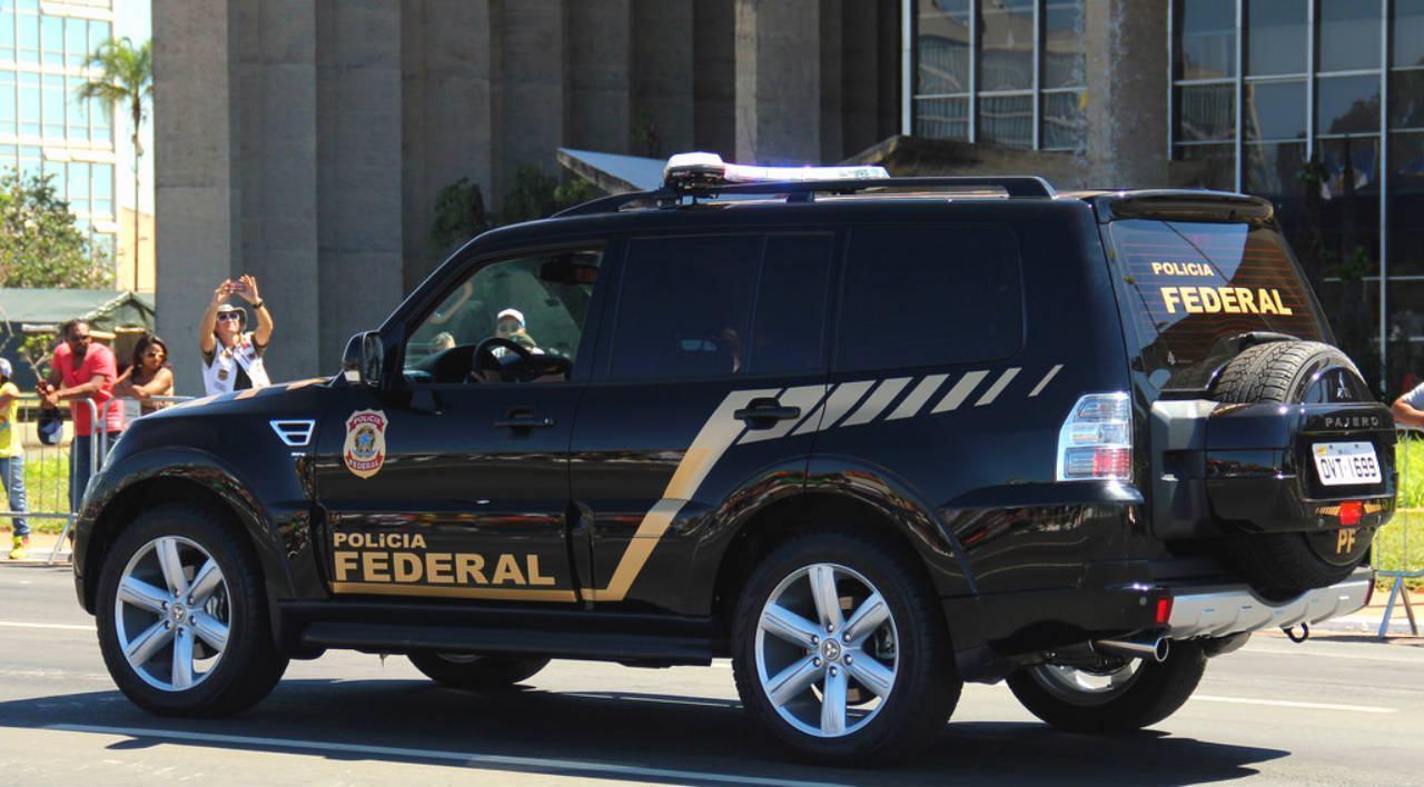 Resultado de imagem para hilux preta da polícia federal