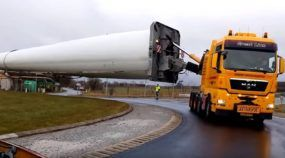 Carga muito longa (gigantesca mesmo)! Como fazer uma Rotatória com um Caminhão puxando algo tão imenso?